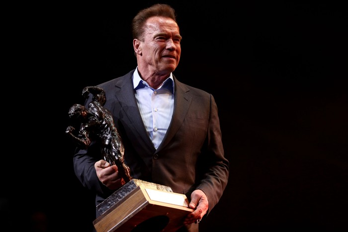 Ini momen di mana Schwarzenegger memegang trofi Arnold Classic tahun 2017. Meski begitu, usia memang memengaruhi. Ia mulai mencoba olahraga lain yang tidak telalu berat. Ketika saya bepergian, saya berkeliling dengan sepeda. Ketika saya pergi berbelanja atau membeli sesuatu, saya pergi naik sepeda. Karena dengan begitu, kamu dapat berolahraga kaki dan kamu melihat kota dengan cara yang sama sekali berbeda, katanya dalam salah satu wawancara. (Foto: Maddie Meyer / Getty Images)