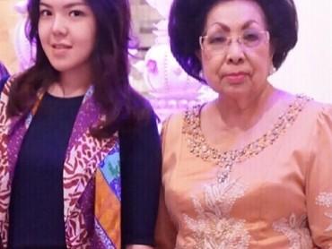 Tina Toon sering mengajak sang oma untuk menghadiri berbagai acara. Mereka kerap berpergian bersama. (Foto: Instagram @ tinatoon101)