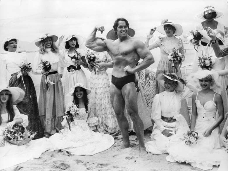 Arnold Schwarzenegger, memulai karier menjadi binaragawan. Ia terkenal semenjak menyabet juara Mr Universe tahun 1969. Foto ini diambil beberapa tahun kemudian, tepatnya tahun 1977. Masih kelihatan sekali kan kebugarannya? Sayangnya, Schwarzenegger saat itu sudah mengenal rokok. (Foto: Keystone/Getty Images)