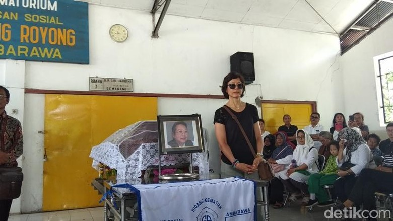 Dihadiri Anak Pertama, Kremasi Nh Dini Berlangsung Haru
