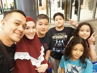 Lyra Virna dan Fadlan memiliki lima anak. Dua anak dari pernikahan Lyra dengan suami sebelumnya dan tiga anak dari pernikahan pertama Fadlan. (Foto: Instagram @lyravirna)