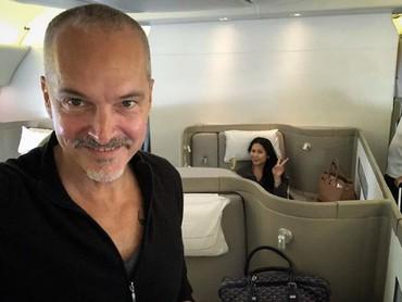 Anggun dan suami terlihat enjoy menikmati kabin fisrt class sebuah pesawat. (Foto: Instagram @anggun_cipta)