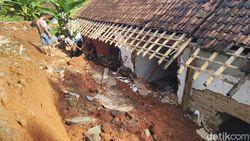 Rumah Janda Tua Hancur Tertimpa Longsor di Ciamis