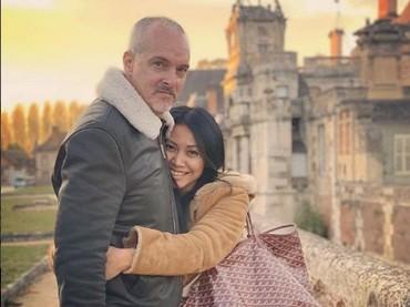 Romantis banget ya mereka, Bun. Anggun nampak memeluk erat suaminya. (Foto: Instagram @anggun_cipta)