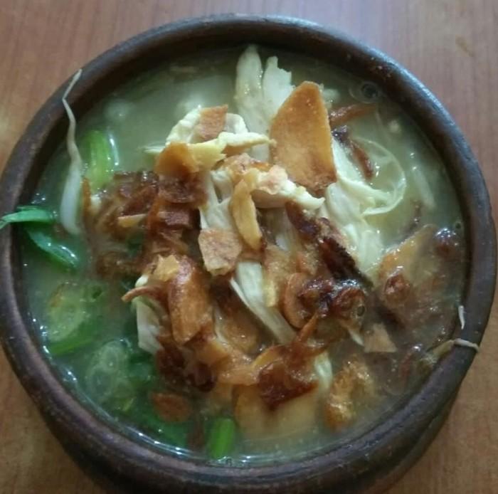 Soto kwali diklaim berasal dari Surakarta. Ciri khasnya kaldunya dimasak dalam kwali atau wadah tanah liat. Ada juga yang disajikan dengan mangkuk tanah liat. Foto : Instagram @_syrfina