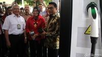 Peluncuran Stasiun Pengisian Listrik atau Electric Vehicle Charging Station (EVCS) dihadiri oleh Kepala Staf Kepresidenan (KSP) Moeldoko dan Deputi Bidang Teknologi Informasi Energi dan Material Eniya Listiani Dewi.