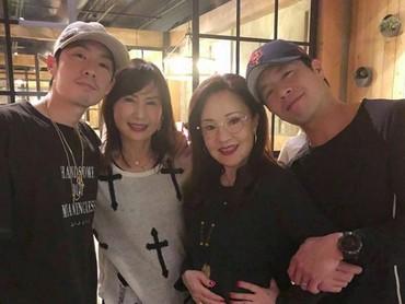Paraibu dan anak-anaknya nongkrongbareng? Seru juga lho. (Foto: Instagram/mimiyang2455)