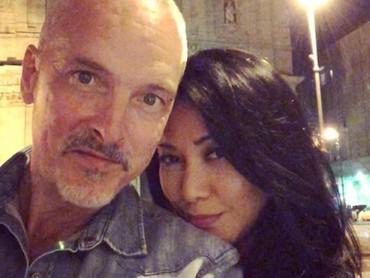 Anggun dan suami menikmati suasana malam yang syahdu nih. (Foto: Instagram @anggun_cipta)