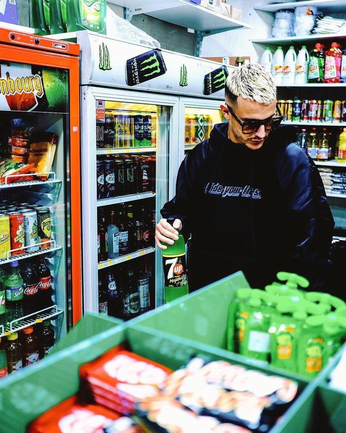 DJ berusia 32 tahun ini paling gemar mampir ke minimarket untuk membeli minuman ringan seperti soft drink, hingga ngemil cheetos pedas. Foto: Instagram @djsnake