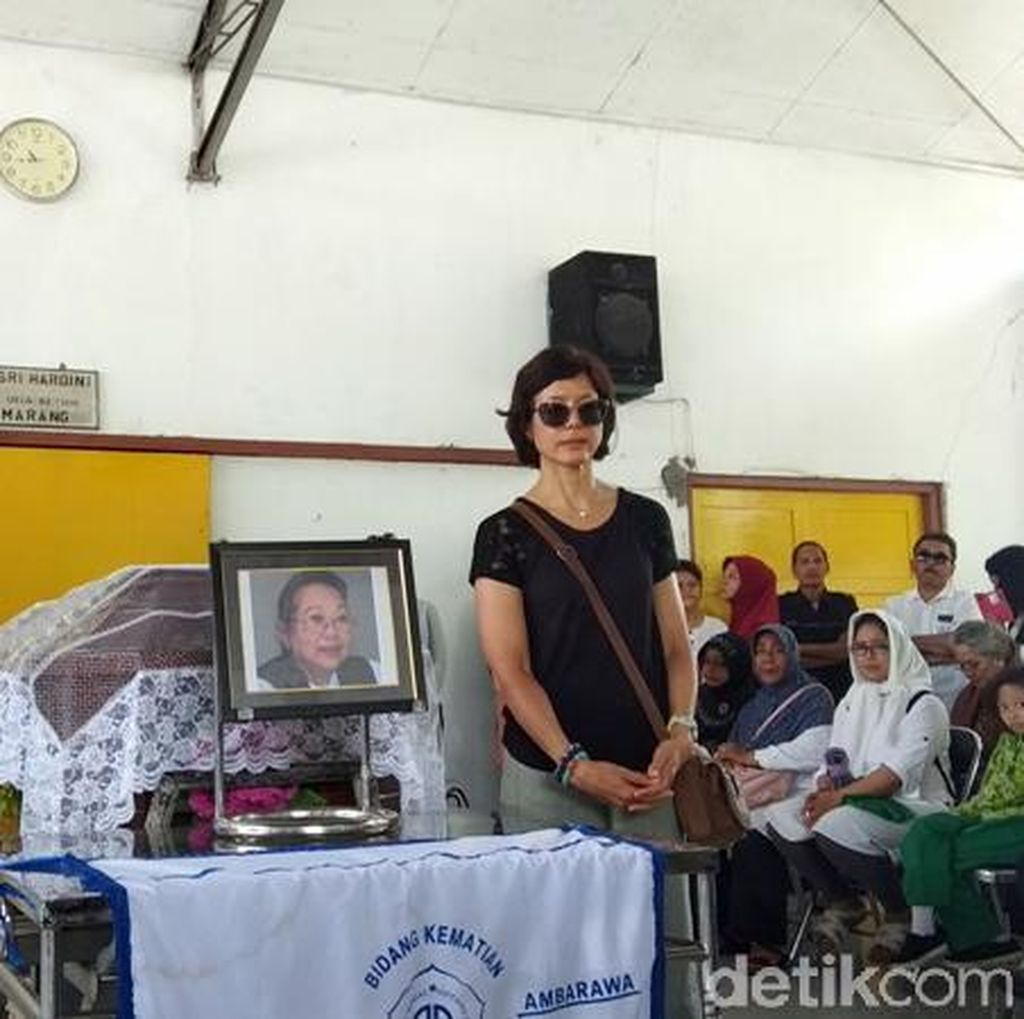 Tegarnya Lintang, Putri Nh Dini di Prosesi Kremasi