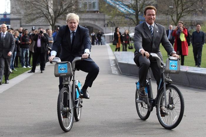 Saat 2011, Walikota London Boris Johnson bersepeda dengan Arnold Schwarzenegger. Di sini kelihatan sekali tubuhnya masih bugar. (Foto: Oli Scarff/Getty Images)