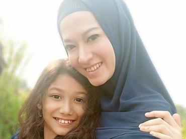 Lyra Virna bersama putrinya, Eisha Bachmid. Sama-sama cantik ya? (Foto: Instagram @lyravirna)