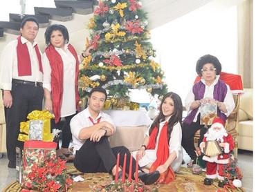 Saat perayaan natal nih, Bun, meriah banget ya keluarga mereka. (Foto: Instagram @ tinatoon101)