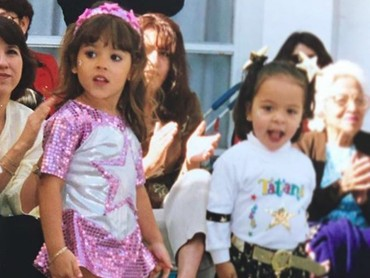 Lihat bocah cilik berbaju pink, pasti kita familiar sama wajahnya. Ya, dia adalah Danna Paola si aktris cilik telenovela, Maria Belen ditahun 2000-an. (Foto: Instagram/dannapaola)