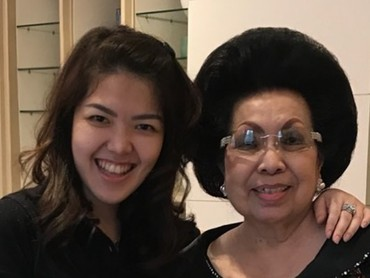 Tina dan Oma, mengenakan baju serba hitam nih. Kalau senyum gini, mirip nggak, Bun? (Foto: Instagram @ tinatoon101)