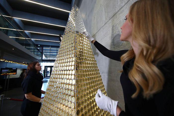 Sebuah toko emas di kota Munich, Jerman menarik perhatian masyarakat usai membuat sebuah pohon Natal yang terbuat dari tumpukan koin emas.