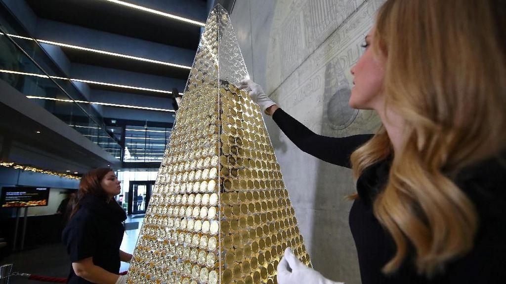 Mewah! Pohon Natal Ini Disusun dari Koin Emas