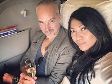 Nampaknya, Anggun sering membagikan momen berdua dengan suaminya. Kali ini, mereka mau traveling kemana ya?(Foto: Instagram @anggun_cipta)
