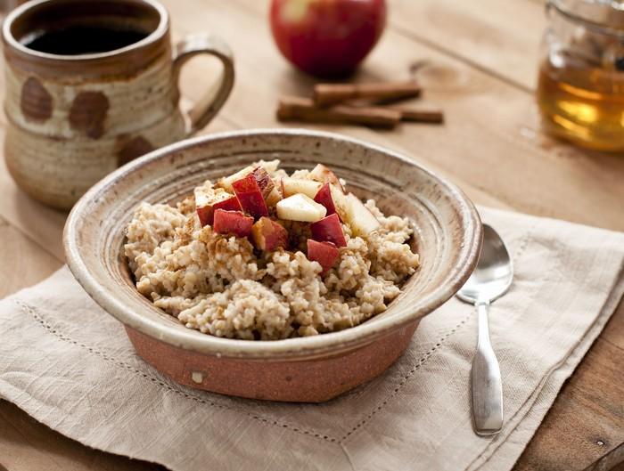 Sarapan sehat bisa santap oatmeal yang bernutrisi dan mengenyangkan. Untuk menambah rasa, bisa juga tambahkan yogurt atau madu karena kandungannya dapat membuat tubuh lebih berenergi. Foto: iStock