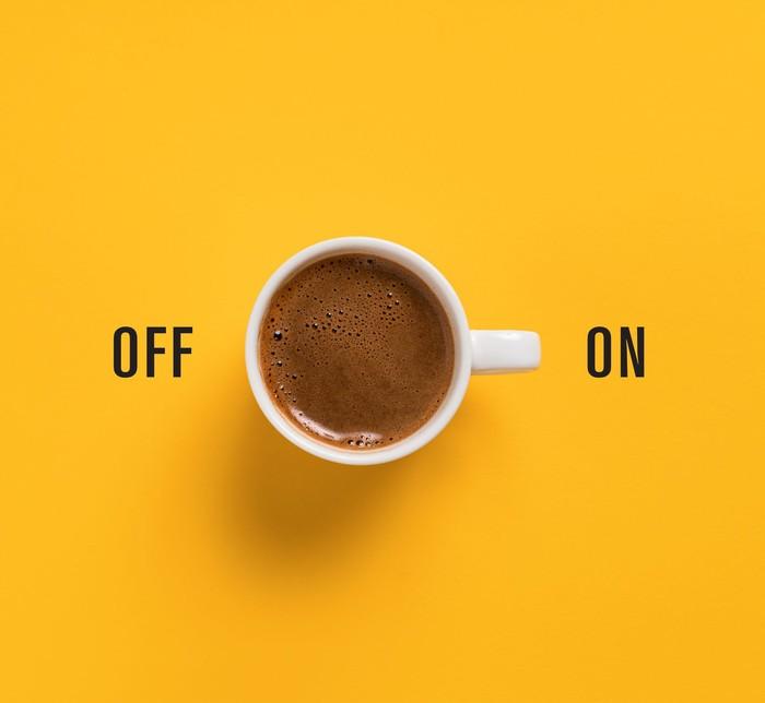 Selain enak, kopi mengandung kafein tinggi yang bisa mendorong metabolisme tubuh, membuat pikiran lebih fokus, hingga menambah energi ketika tubuh merasa lelah. Foto: iStock