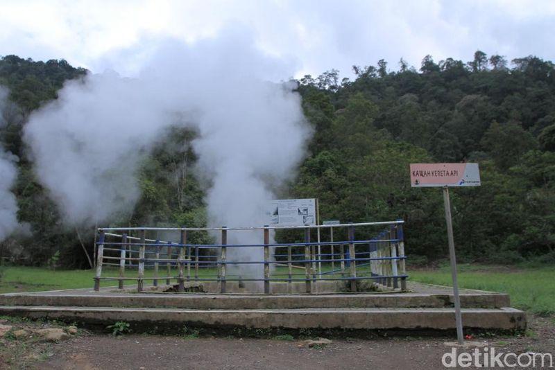 Tak lengkap rasanya bila berkunjung ke objek wisata Kawah Kamojang, Kabupaten Bandung, Jabar dan tidak berswafoto di Kawah Kereta Api. (Wisma Putra/detikTravel)