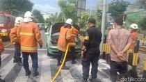 Mobil Sedan Terbakar di Simpang Tiga Taman Pelangi, 3 Penumpang Shock