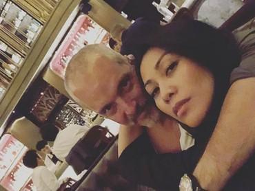KebersamaanAnggun Cipta Sasmi bersama sang suami, romantis banget ya, Bun. (Foto: Instagram @anggun_cipta)