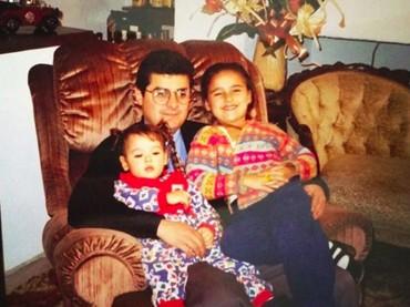 Danna Paola terlihat nyaman di pangkuan sang ayah. (Foto: Instagram/dannapaola)
