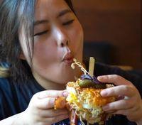 Bikin Ngiler! Ada Burger Mie yang Disajikan di Cangkir Kemasan Mie Instan