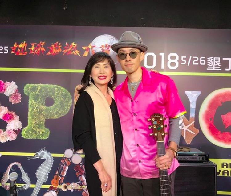Meski sibuk menyanyi, bukan berati Vannes Wutak punya waktu dengan sang ibu. Manisnya saat Vaness mengajak ibunya, Mim Yao, ke salah satu acara di mana Vaness menjadi pengisi acaranya. (Foto: Instagram/mimiyang2455)