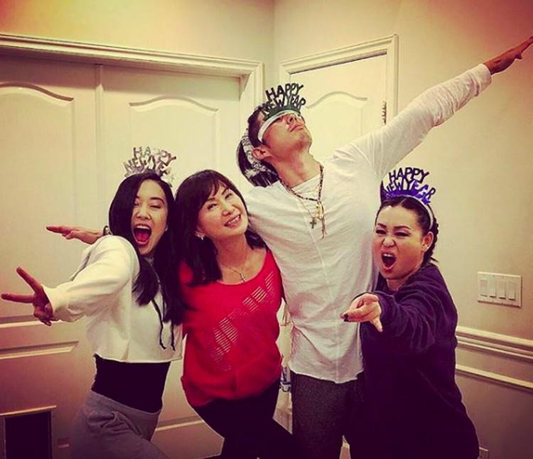 Satu keluarga kompak! Lihat aja gaya Vannes bersama ibu dan saudara perempuannya. (Foto: Instagram/mimiyang2455)