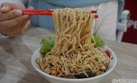 Pangsit Mie 168: Makan Bakmi Ayam Plus Kacang Mete yang Gurih Mulur