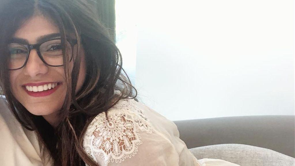 Mia Khalifa Lelang Kacamata saat Jadi Bintang Porno untuk Donasi Lebanon