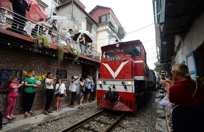 Masalahnya rel kereta di kawasan Old Quarter Hanoi ini masih aktif dan dilewati kereta setiap harinya. Masalah akan jadi panjang kalau turis-turis ini sampai tertabrak kereta saat sedang asyik foto. (AFP/Getty Images)