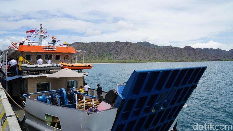 KMP Komodo merupakan kapal wisata dari PT ASDP Indonesia Ferry. Traveler bisa berkeliling 3 pulau seru di TN Komodo (Shinta/detikTravel)