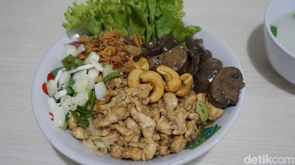 Sensasi Makan Bakmi Ayam Plus Kacang Mete yang Gurih Mulur
