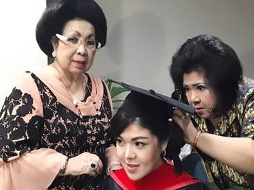 Saat wisuda, sang mama turun tangan menyanggul rambut Tina. Nggak ketinggalan, sang oma ikut mengawasi Tina yang sedang merias diri. (Foto: Instagram @ tinatoon101)