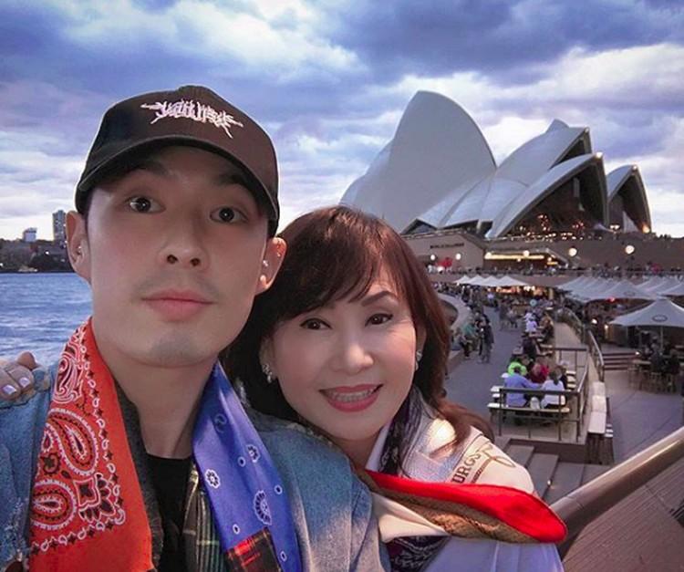Tak cuma saat bekerja, Vannes Wu juga menghabiskan waktu bareng ibunya dengan liburan bareng. Sosweetbanget! (Foto: Instagram/mimiyang2455)