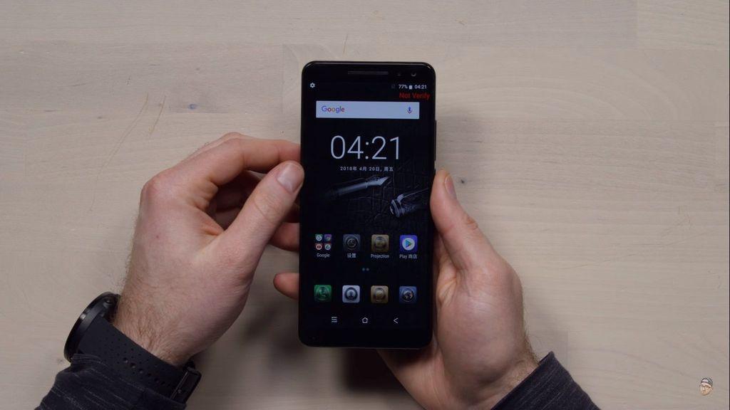 Belum lama ini ia merilis ponsel anyarnya yang bernama Blackview Max 1. Foto: YouTube/Unbox Therapy
