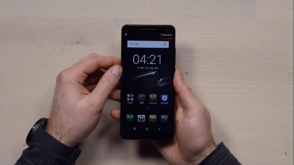 Si Penjiplak iPhone Bikin Ponsel yang Punya Proyektor