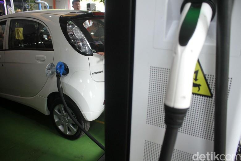 Pengecasan mobil listrik di BPPT. Foto: Rifkianto Nugroho