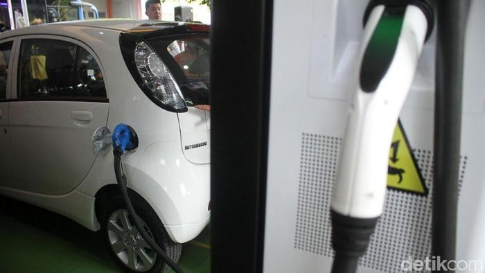 Badan Pusat Pengkajian dan Penerapan Teknologi (BPPT) meluncurkan Electic Vehicle Charging Station di Kantor BPPT, Jakarta Pusat, Rabu (5/12/2018). Acara itu dihadiri oleh Deputi Bidang Teknologi Informasi Energi dan Material Eniya Listiani Dewi, Kepala Staf Kepresidenan (KSP) Moeldoko, dan Menteri Perhubungan (Menhub) Budi Karya Sumadi.