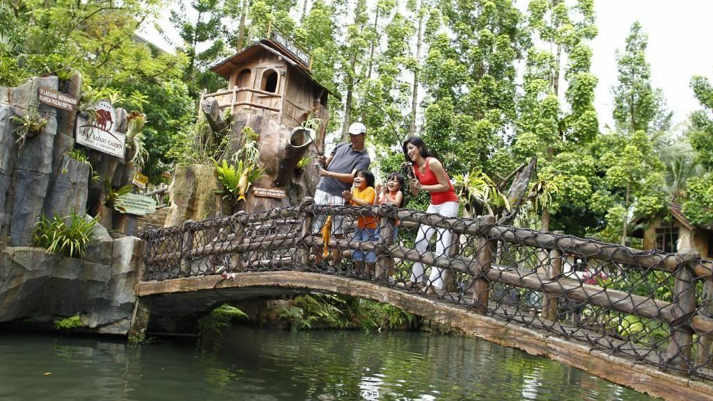 Sensasi Mancing Dikelilingi Buaya Hingga Piton di Bogor