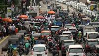 Aksi ini membuat arus lalu lintas tersendat.