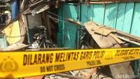 Sebuah rumah warga hancur tertimpa crane.