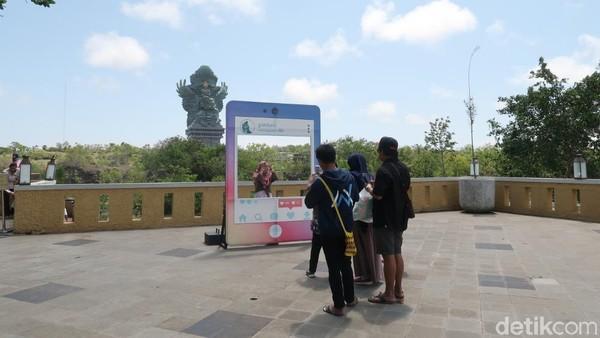 Dari sini pula terlihat GWK yang megah di ujung sana. Banyak wisatawan yang antre untuk foto lho. (Bonauli/detikTravel)