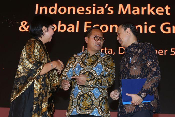 Direktur Utama Bank Mandiri Kartika Wirjoatmodjo, Kepala BKPM Thomas T Lembong, Anggota Dewan Komisioner LPS Destry Damayanti, tengah berbincang usai membuka Market Outlook Indonesias Market Potential and Global Economic Growth 2019 di Jakarta.