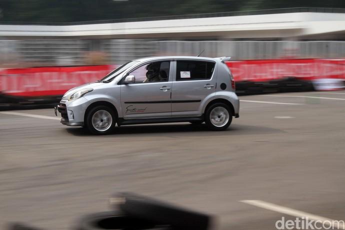 Mobil-mobil Daihatsu Ini Adu Ngesot di Istora