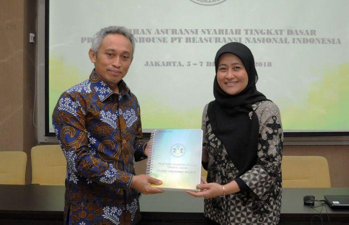 Pelatihan itu digelar di Gedung Nasional Re, Jakarta. Pelatihan Sertifikasi Tingkat Dasar Asuransi Syariah dibuka secara simbolis oleh Direktur Teknik NasionalRe Bapak Fitris Dinarwan.Foto: dok. NasionalRe