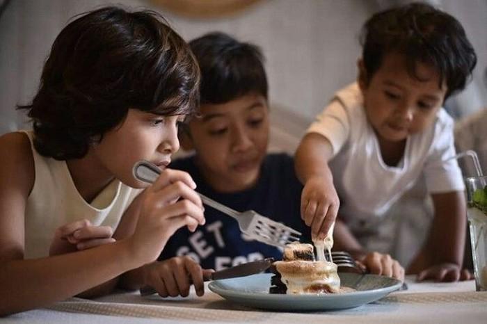 Widuri, Dru dan Den Bagus ternyata sedang berebut makan pancake tuh. Seru ya! Foto: Instagram@thesasonofam Foto: Instagram@thesasonofam
